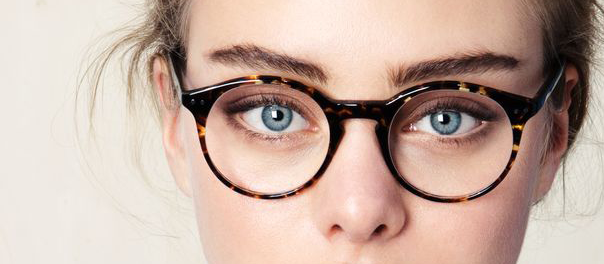 lentes-redondos-ojos-azules-optica